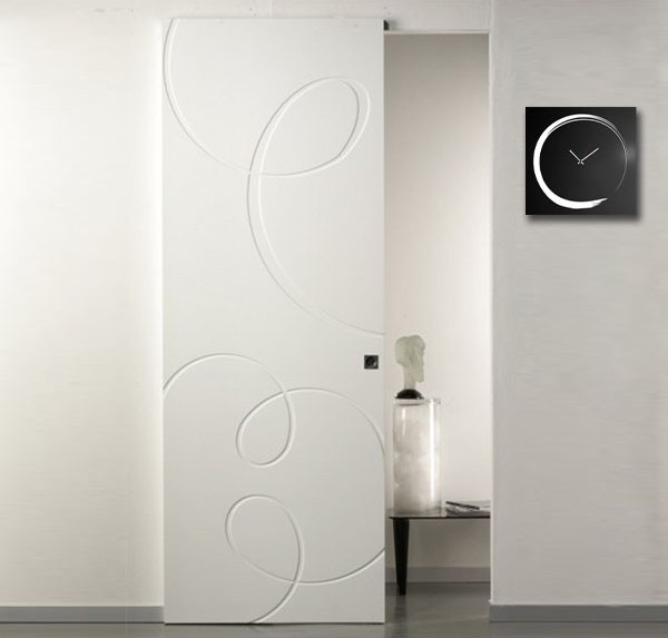 External sliding door with invisible pantographed lacquered track