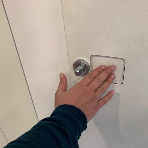porta invisibile con serratura invisibile e nottolino