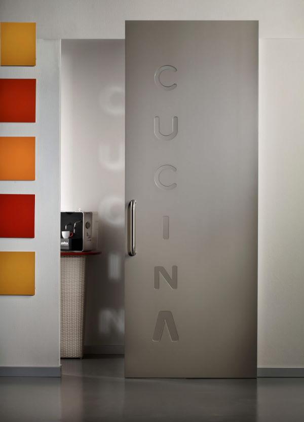 porta scorrevole esterno muro grigia con inserti